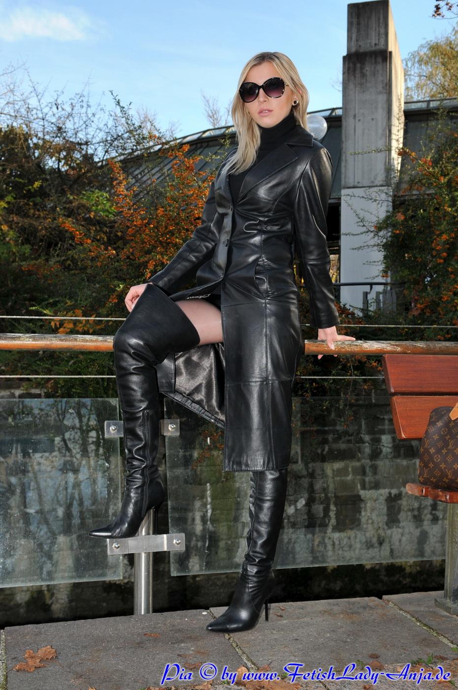 Une allumeuse blonde en mini de jeans - 3 10